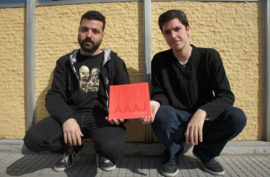 """En la imagen: Martín Surpin y Alejandro Giordano, dos de los autores del libro """"110 AAAJ"""". Imagen: Leandro Bukavec."""