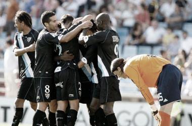 El Málaga celebrando un gol en La Romareda. | Foto: EFE