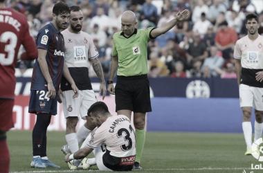González Fuertes arbitrando un Levante - Espanyol // Foto: La Liga