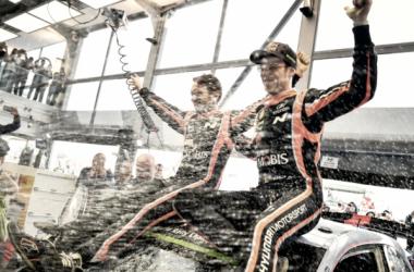 Thierry Neuville junto a Nicolas Gilsoul celebran la victoria en Polonia/ Foto vía: WRC.com