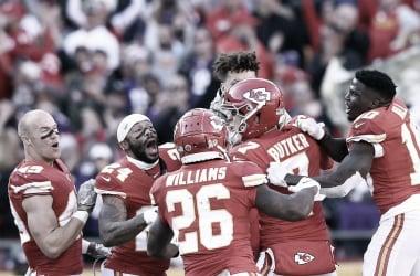 Butker, héroe del juego, es abrazado por sus compañeros (Imagen: NFL.com)