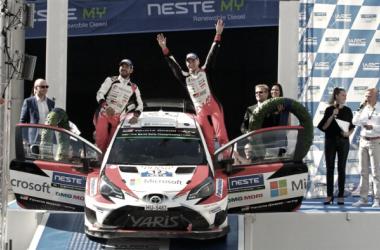 Lappi junto a su copiloto celebran la victoria en finlandia / Foto vía: wrc.com
