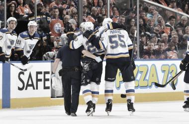Alex Steen abandonando el partido contra los Oilers por un esguince | Foto: Getty Images