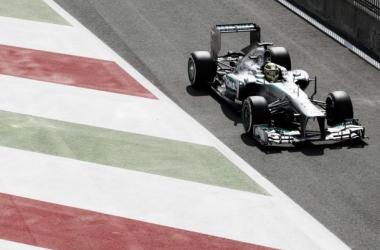 Hamilton continua a impor o ritmo na sua Flecha de Prata (Foto: Mercedes).