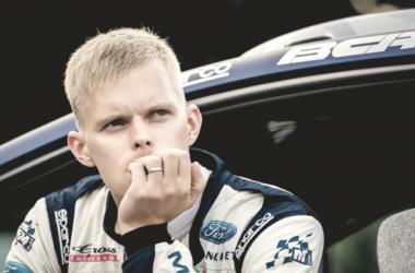 Ott Tänak y junto al Ford / Foto vía: wrc.com