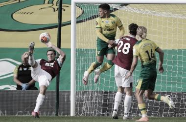 Com dois a mais, Burnley vence rebaixado Norwich e mantém viva chance de Liga Europa