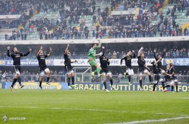 Jugadores de la Juventus celebran la victoria en Verona   Fotografía: Juventus