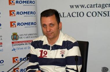 """Guillamón: """"Aquí todos ganamos y todos perdemos, y yo creo mucho en mis jugadores"""""""