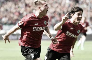 Hannover 96 vence Stuttgart e praticamente garante retorno à elite alemã