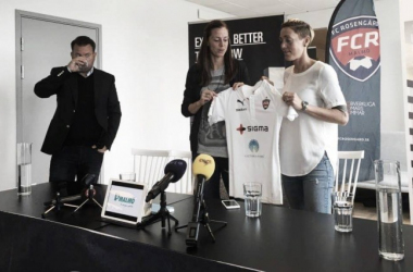 Lotta Schelin poses with her new club colours. (Photo: Magnus Anderberg)