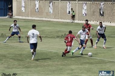 Tarsi controla un balón en el encuentro de vuelta ante el CD Choco (Foto: Claudia Moreno | Aúpa Zaragoza).