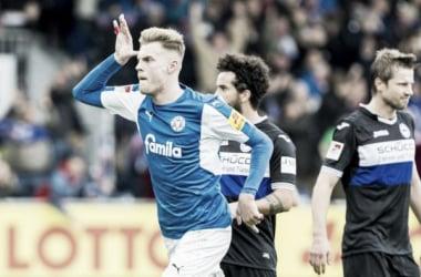 Holstein Kiel vence Arminia Bielefeld e segue na vice-liderança da 2. Bundesliga