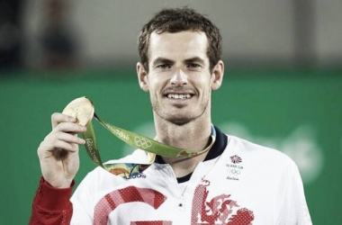 Murray shows off his latest achievement. (Photo: BBC Sport)