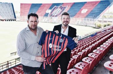 TODO LISTO. Dabove(izquierda) acompañado de Tinelli en su presentación como DT de San Lorenzo. Foto: Prensa San Lorenzo