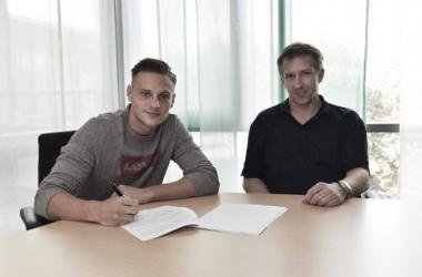 Robert Bauer während der Vertragsunterzeichnung mit Geschäftsführer Frank Baumann. | Quelle: SV Werder Bremen