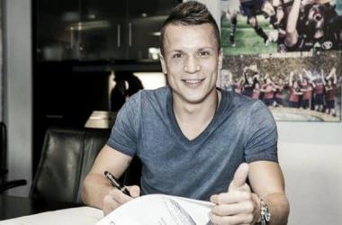 Konoplyanka signs for Schalke. (Photo: Schalke 04)