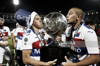 CICLO CUMPLIDO. Morales(izquierda) y Luna(derecha) terminaron su estadía por Victoria con el trofeo Copa de la Superliga. Foto: Getty images
