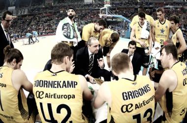 Txus Vidorreta da instrucciones a sus jugadores durante un tiempo muerto del partido | Fotografía: ACB.