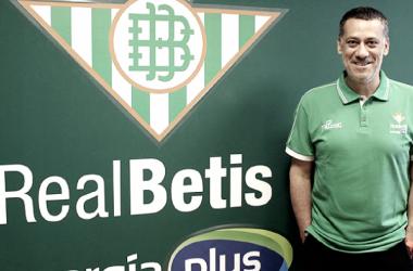 Alejandro Martínez, posando ante su nuevo escudo (ACB Photo)