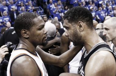 Kevin Durant saluda a Tim Duncan emocionado. Puede haber sido el último partido de Timmy en la NBA.