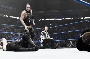 Baron Corbin ataca a Sami Zayn y a Kevin Owens | Foto: WWE