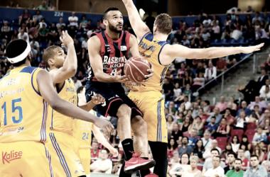 Hanga ante tres jugadores.   Imagen: ACB.COM