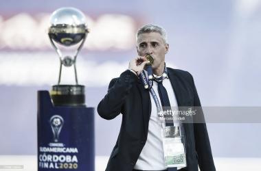 CON LA GLORIA. Así se despidió Crespo de Defensa con el trofeo de la Sudamericana. Foto: Getty images