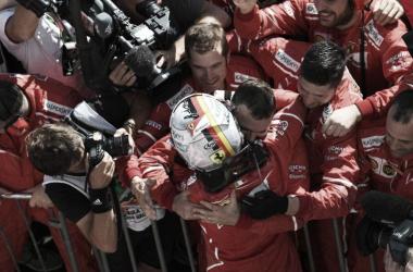 Sebastian Vettel celebra su victoria con los mecánicos. Foto: F1