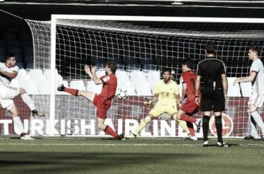 Gómez marcando el 2-1 parcial frente a Rulli y compañía. Foto: El País