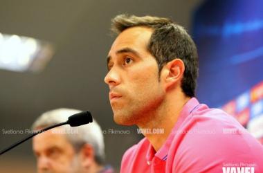 """Claudio Bravo: """"Los tres porteros nos llevamos bien"""""""