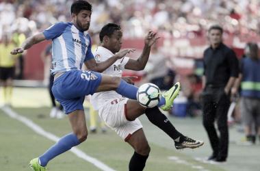 Miguel Torres lucha un balón en un partido contra el Sevilla FC | Foto: LaLiga