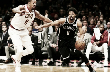 Dinwiddie drives past Channing Frye during Brooklyn's victory/Photo: Frank Franklin II/Associated Press