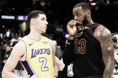 Momentazo de la jornada: LeBron y Lonzo Ball se acercan