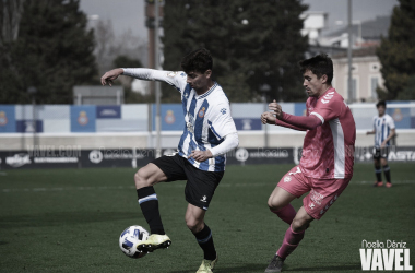 Gori (Espanyol B) y Sergio Cortés (Llagostera) disputan un balón. | Foto: Noelia Déniz-VAVEL