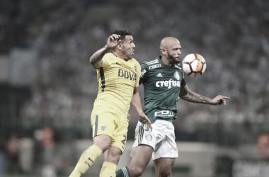 Tevez disputa la pelota frente a Felipe Melo | Foto: Estadao
