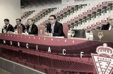 Victor Gálvez junto a Miguel Martínez, ex presidente grana, y algunos abogados en la pasada Junta de Accionistas. Foto: Real Murcia