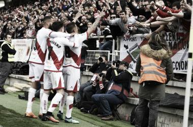 Trejo, Álex Moreno y Bebé celebran con la afición un gol conseguido la pasada temporada | Fotografía: LaLiga