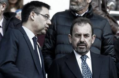 Ángel Torres conversa en el palco con el Presidente del F.C. Barcelona, Josep María Bartomeu | Fotografía: LaLiga