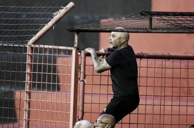 ATENTO. Sampaoli terminó en la tribuna tras ser expulsado colgado de un alambre. Foto: Web