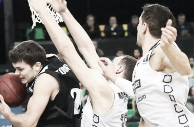 Todorovic encerrado por dos jugadores del Lietuvos / Foto: ACB