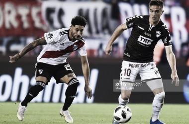 ESPECIAL Palavecino(derecha), es marcado por Casco(izquierda), el volante jugará ante su ex club ahora está en River. Foto: Getty images