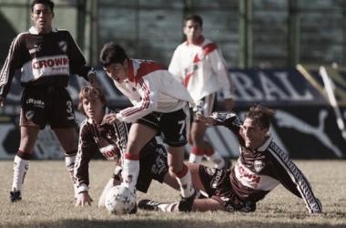 MIRADA ATENTA. Los jugadores de Platense en el suelo, mirando la jugada individual de Javier Saviola. Foto: Web