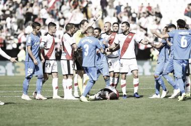 El árbitro amonesta una acción a favor del Rayo Vallecano | Fotografía: LaLiga