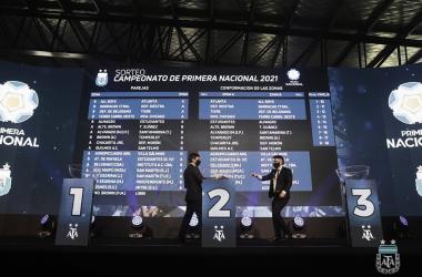 POSTAL. Los grupos ya definido y los organizadores se saludan una vez finalizado el sorteo. Foto: Prensa AFA