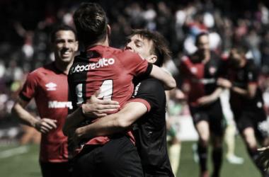 Cacciabue y Alexis Rodríguez abrazados en el gol de Jerónimo. Foto: Diario AS Argentina