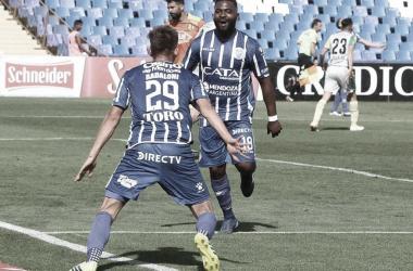 """Badaloni(29) espera el saludo del """"Morro"""" García(18), los puntas volvieron a mostrar su olfato goleador."""