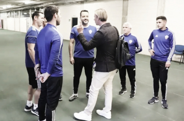 Guti conoce a su nuevo equipo técnico en el primer día de trabajo. Fuente: web UD Almería.
