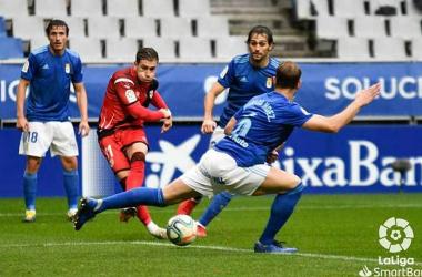 Embarba chuta un balón entre defensores del Real Oviedo   Fotografía: LaLiga