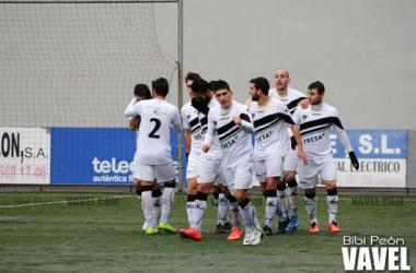 Los jugadores del Lealtad celebran un gol en el duelo ante el Langreo. (Foto: Bibi Peón, VAVEL)