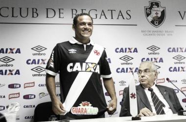 Eurico Miranda apresenta meia Marcinho e confirma chegada do paraguaio Julio dos Santos